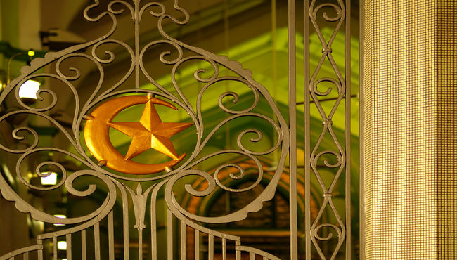 A gate with the star and crescent of Islam. Translation needed